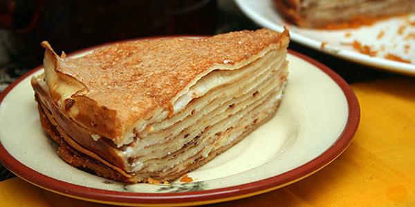 Блинный торт со сгущенкой и орехами