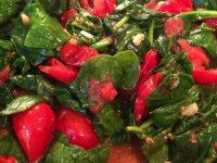 Теплый салат с помидорами и шпинатом