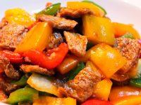 Салат жаренный с вегетарианским мясом