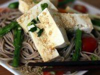 Гречневая лапша с томатами, тофу и базиликом