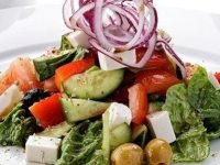 Вегетарианский салат с сыром тофу и оливками