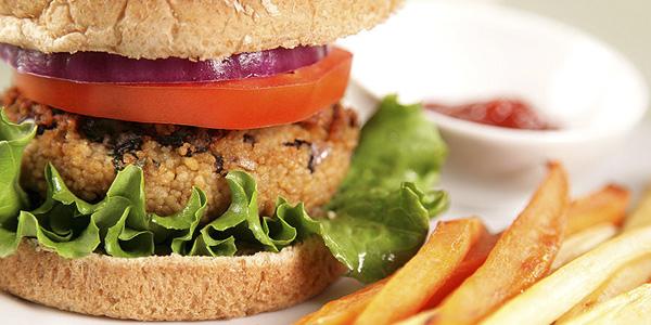 Вегетарианский бургер с нутовой котлетой