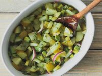 Картофельный салат с авокадо и луком